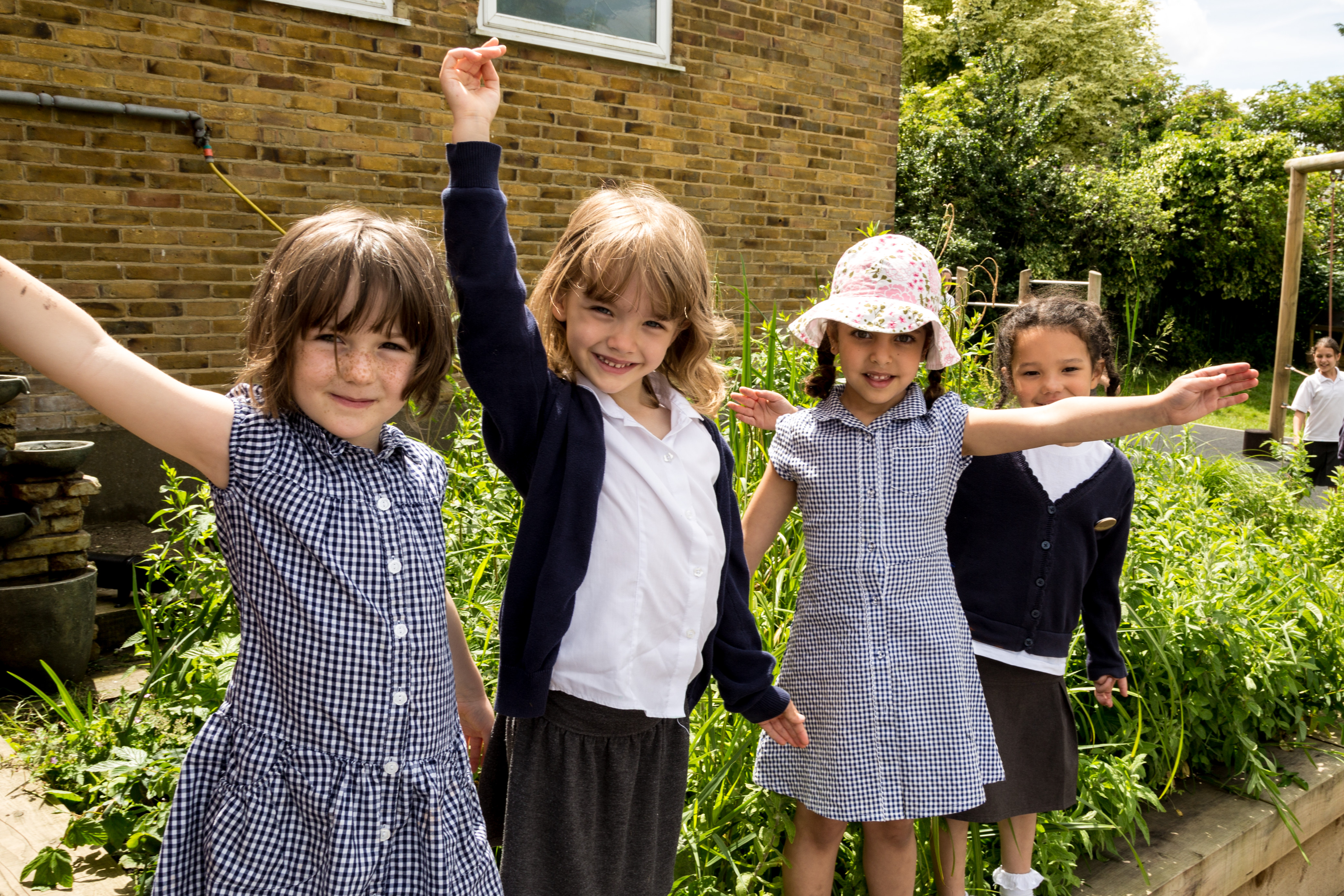 Hollickwood Primary School children get planting!